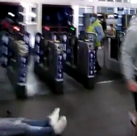 Man knocked unconscious during argument over face masks at London railway station (video)