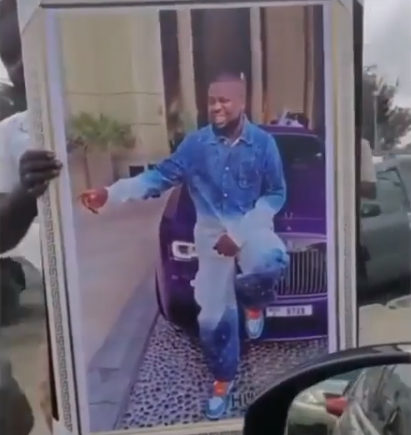TF? Framed photo of Hushpuppi goes for sale in Lagos traffic for N30,000 (video)