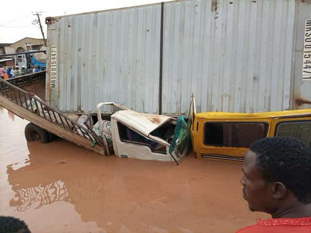 Vehicles destroyed as container falls off trailer in Ogun (photos)