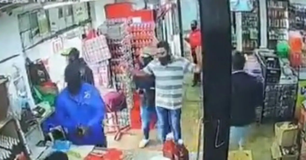 Armed robbery caught on CCTV (video)