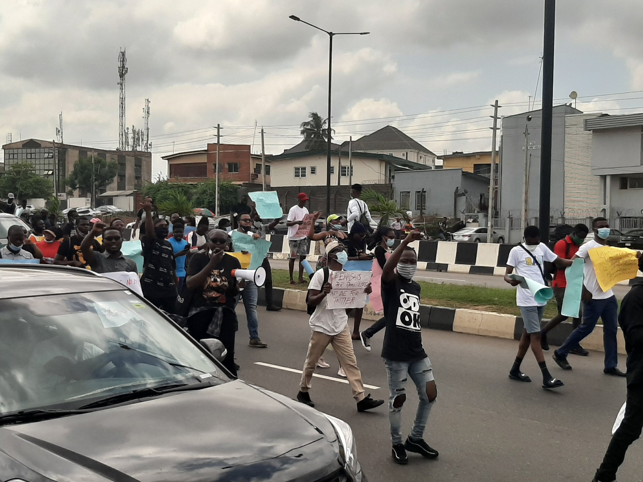 #EndSARS protesters block roads leading to Murtala Mohammed International Airport Lagos (photos/video)