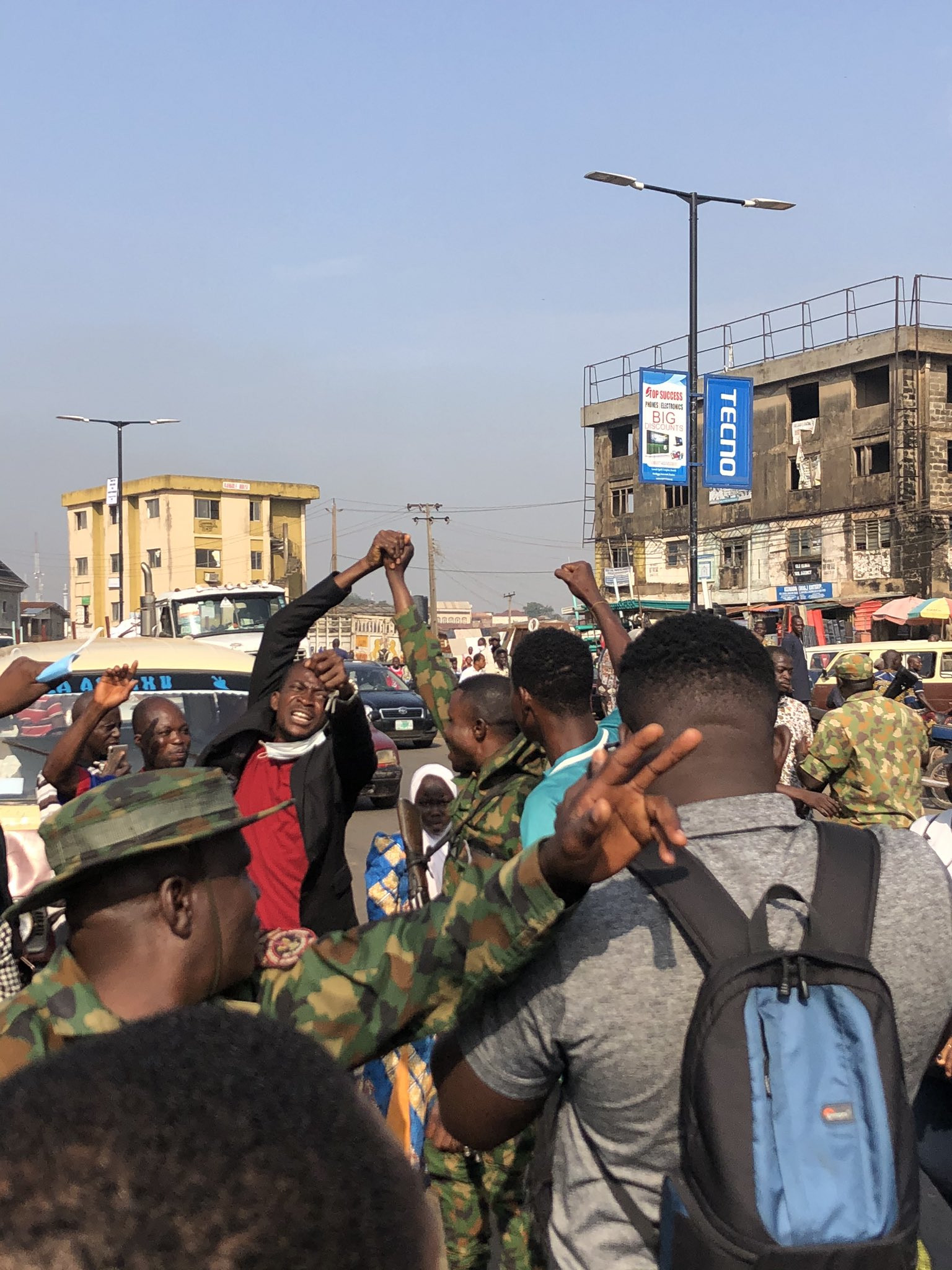 Nigerian soldiers march with #EndSARS protesters in Ibadan (photos)
