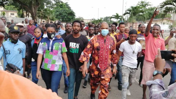 Don't Be Intimidated – Femi Kuti Tells Alausa #EndSARS Protesters As He Makes An Appearance After Hearing Thugs Attacked Them {Video}