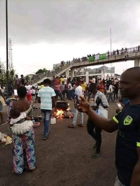 Edo End SARS protesters block highway to cook Sunday Jollof rice (photos)