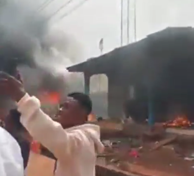 Hoodlums set police station ablaze in Edo (video)