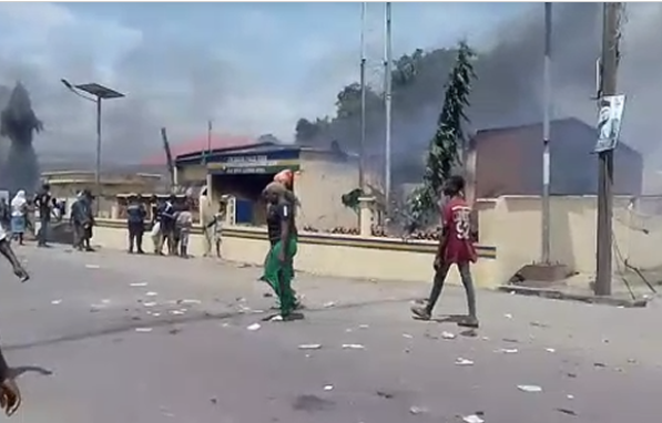 Hoodlums set ablaze another police station in Lagos (video)