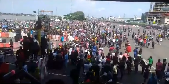 #EndSARS: Lekki protesters continue their protest despite 24-hour curfew imposed by the state governor (photos/videos)