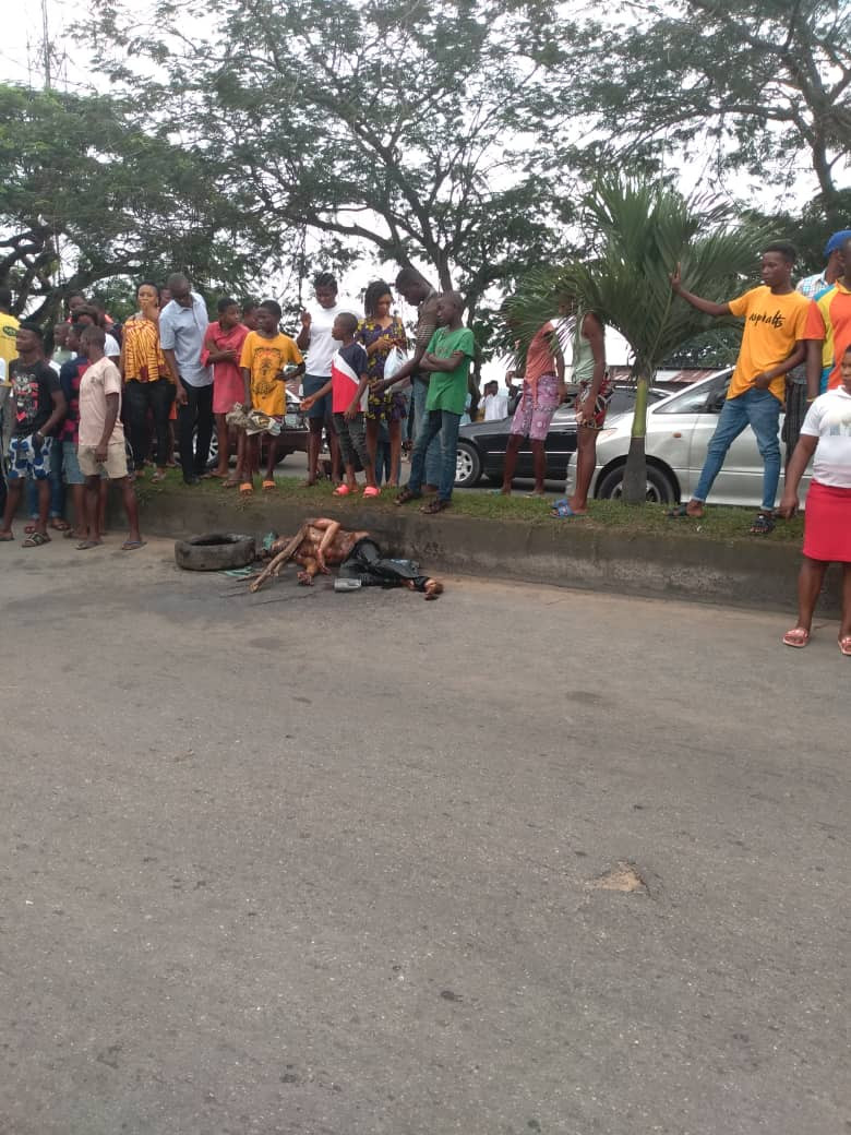 Another jungle justice in Calabar as mob sets ablaze suspected robber (graphic photos)
