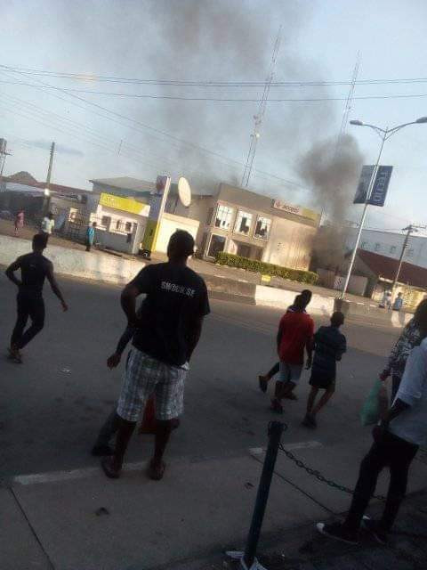 #EndSARS: Akwa Ibom Governor imposes curfew as violence erupts over alleged killing of protester by a prison warden