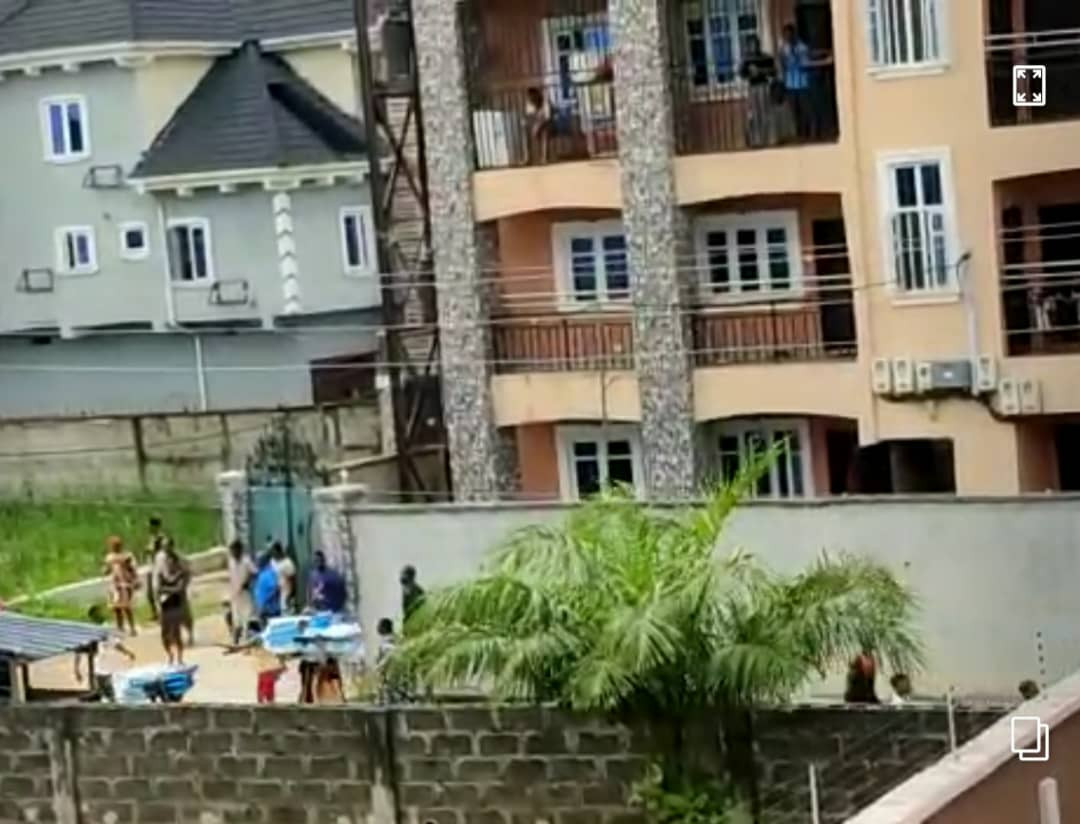Hoodlums attack warehouse in Lagos and cart away valuable home appliances (video)
