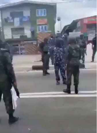 Airforce officer confronts policemen for shooting at crowd (video)
