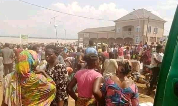 Kogi state residents discover warehouse where COVID19 palliatives were stored, cart away items (photos/videos)