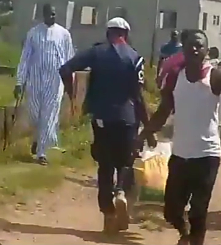"""""""Officer of the law!"""" Nigerians scream as """"Civil Defence officer"""" is seen joining residents to grab Covid-19 palliatives discovered in a warehouse in Gwagwalada"""