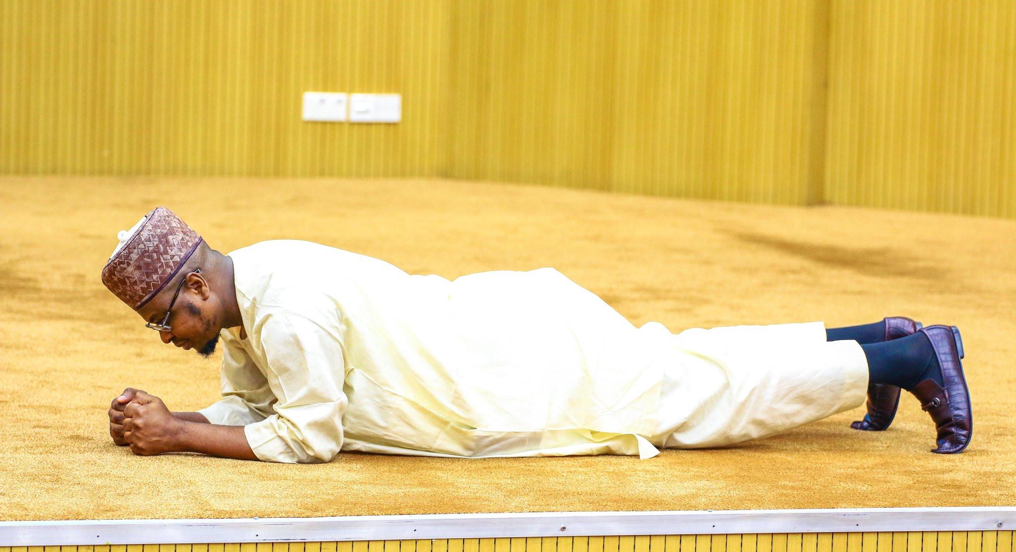 Minister of Communications and Digital Economy, Dr Isa Pantami demonstrates exercise tips in Kaftan lindaikejisblog