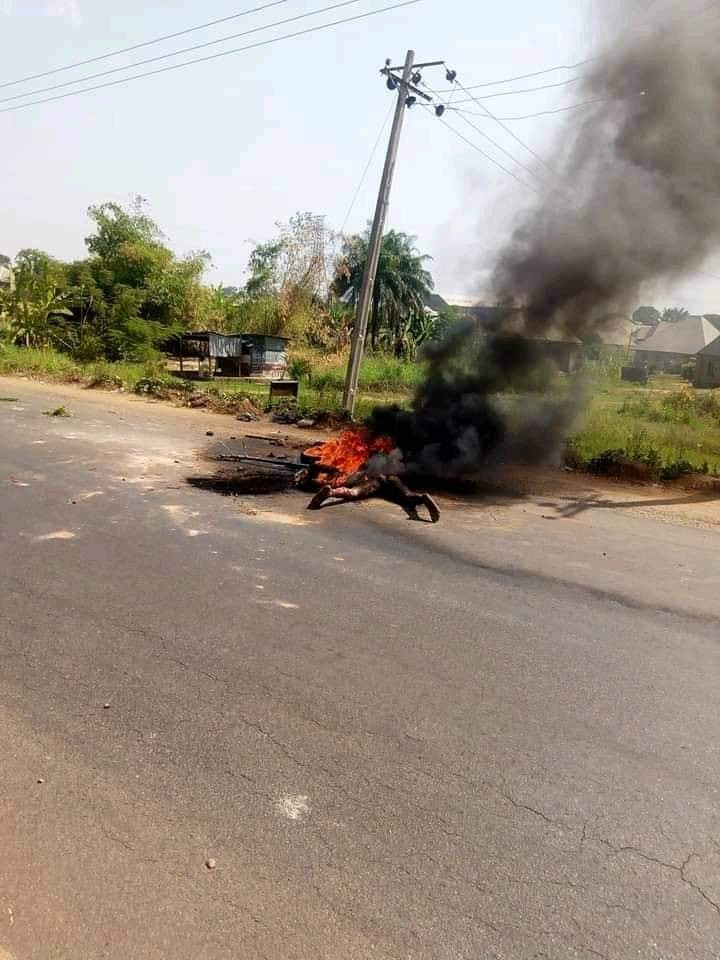 Mob sets suspected motorcycle thief ablaze in Benue