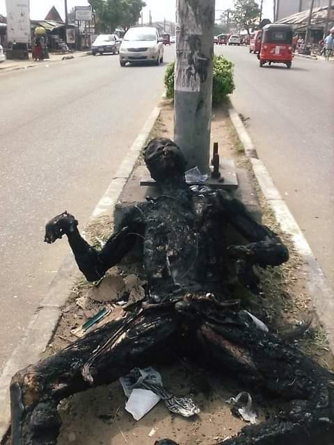 Graphic: Mob sets suspected robber ablaze in Akwa Ibom for allegedly snatching phone; displays his charred remains on the road