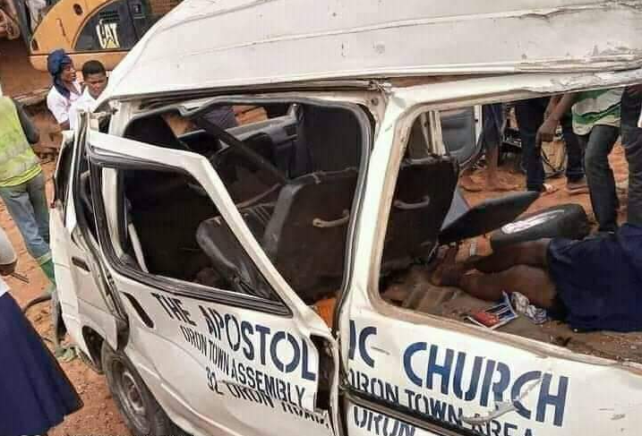 Church members returning from burial suffer accident; at least 2 dead