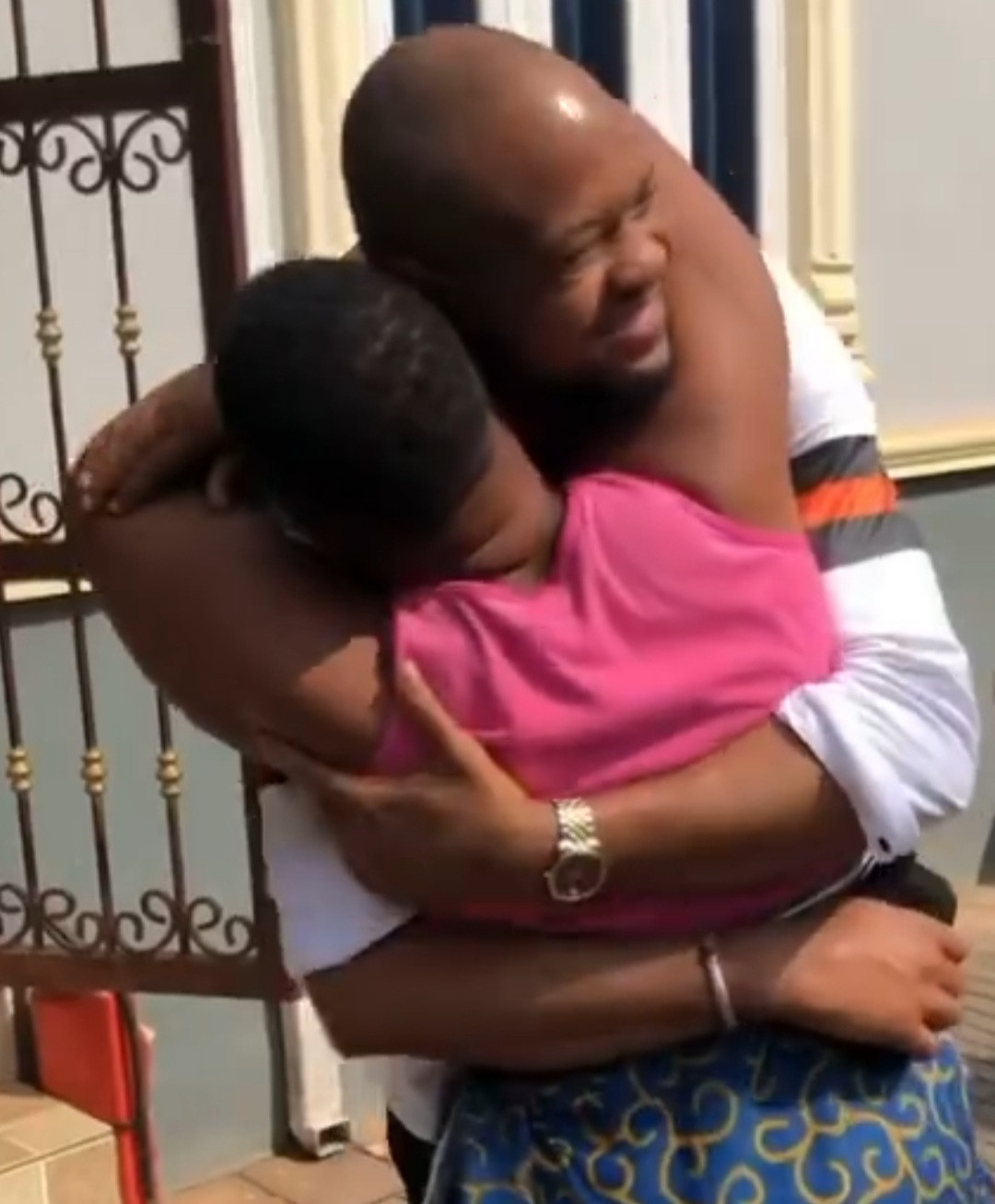 Emotional moment son surprises his mother with a visit after 13 years in the US (video)