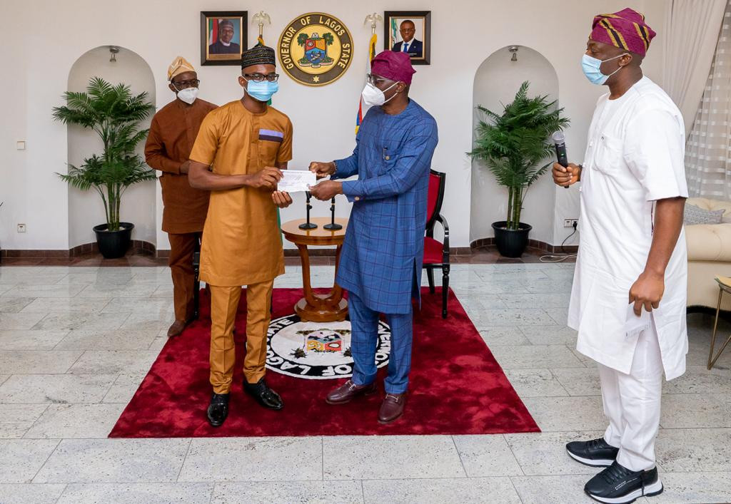 Gov Sanwo-Olu fulfils his promise, presents N10m cheque to LASU best graduating students  (photos)