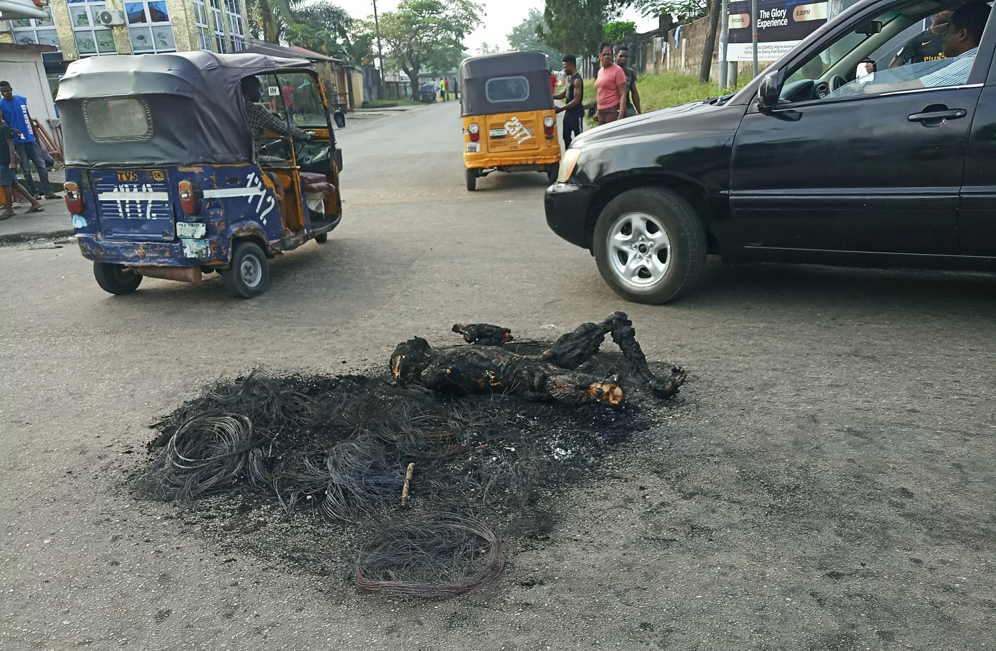 Graphic: Three suspected thieves burnt to death in Calabar