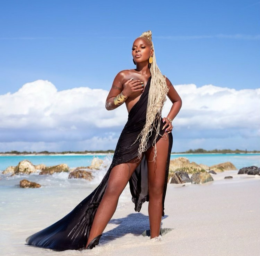 Mary J Blige, 50, exposes one boob in new photo