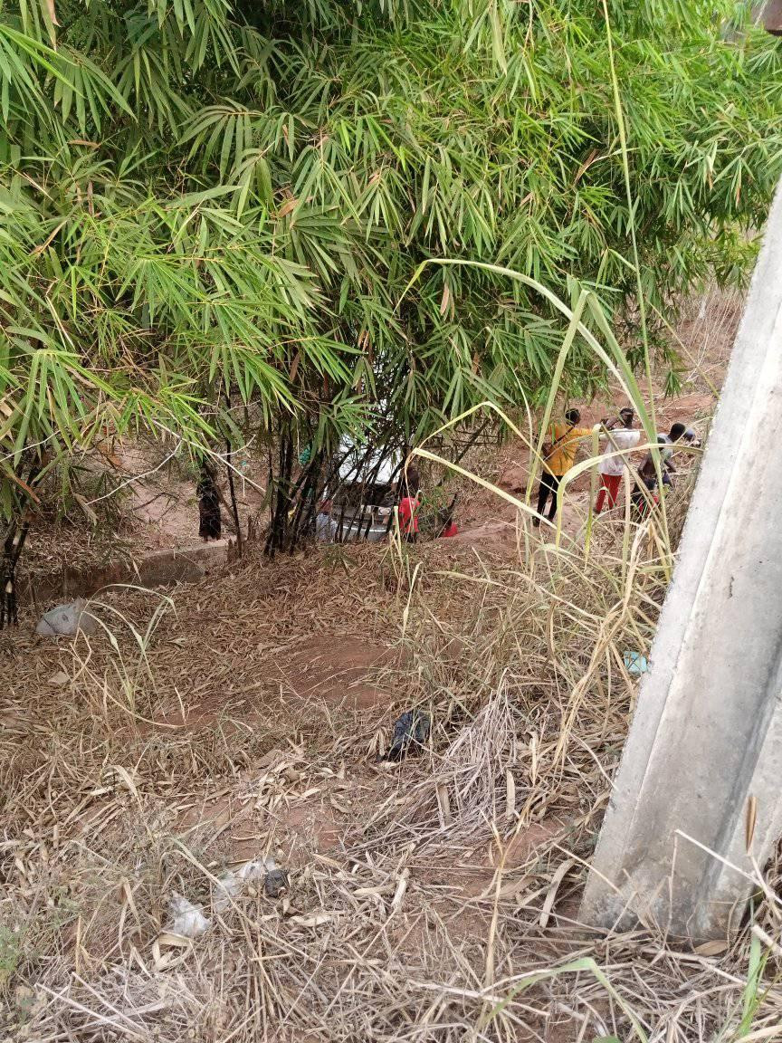 Passengers survive as vehicle veers off Owerri-Onitsha road and plunges into valley (photos/video)