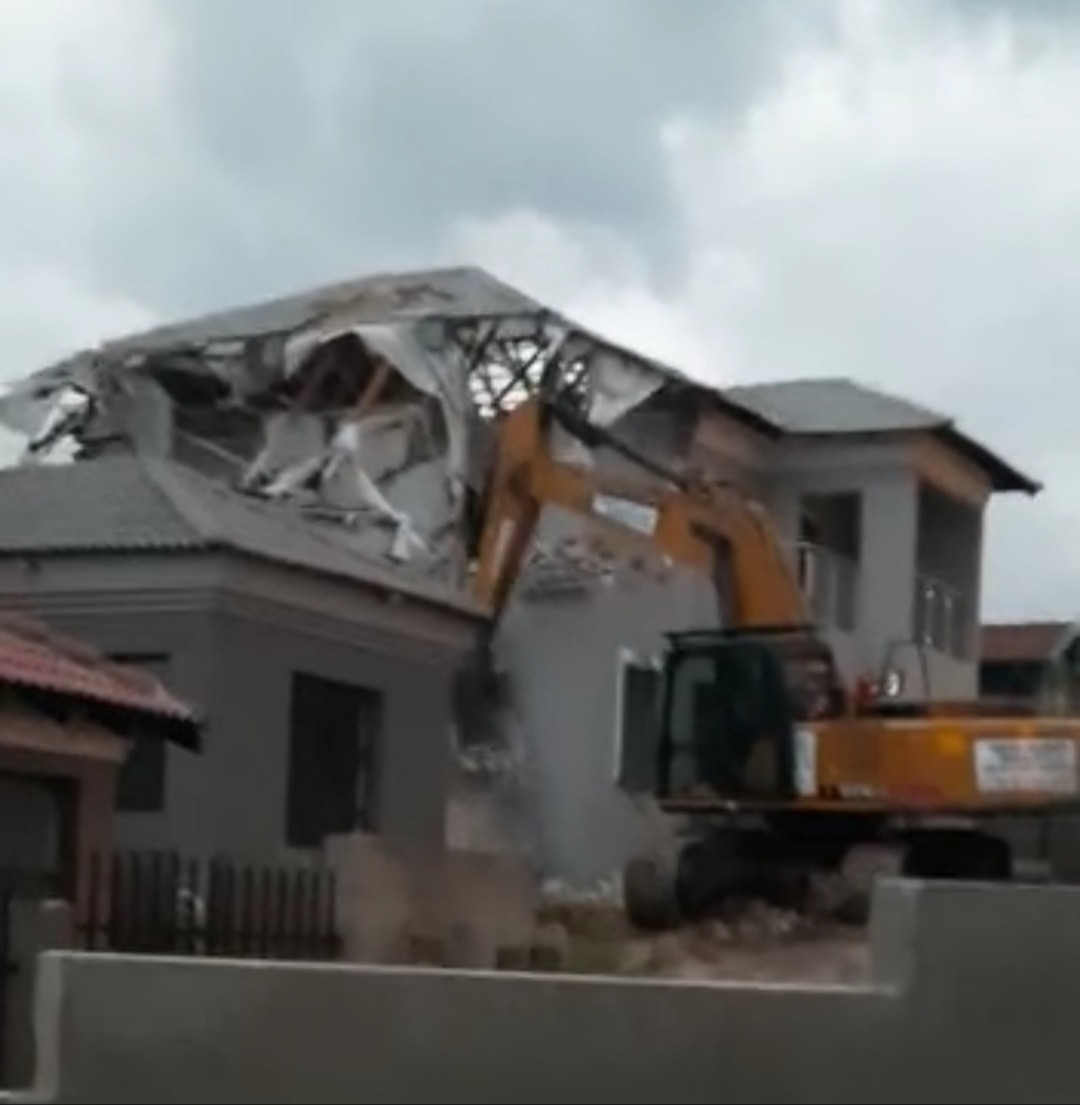 South African man reportedly demolishes house he built for his girlfriend after she ended their relationship (video)
