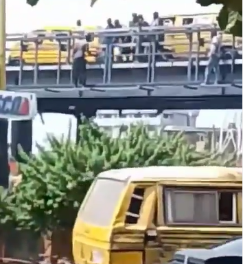 Nigerians rally round to prevent man from committing suicide on Jibowu Bridge in Lagos (video)