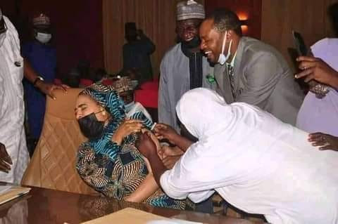 Photo of Niger State Commissioner looking uncomfortable as she received a jab of COVID19 vaccine