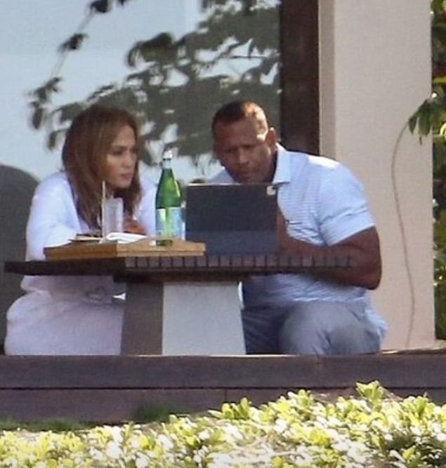 Jennifer Lopez And Fiancee Alex Rodriguez Pictured kissing On A Balcony Days After Their Rumoured Break Up (Photos)
