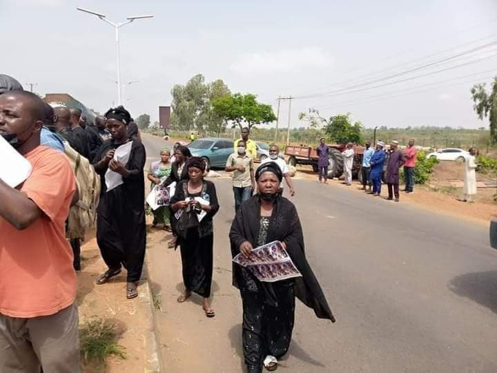 Parents of abducted students in Kaduna block expressway and give government 48 hours to rescue their children (photos)