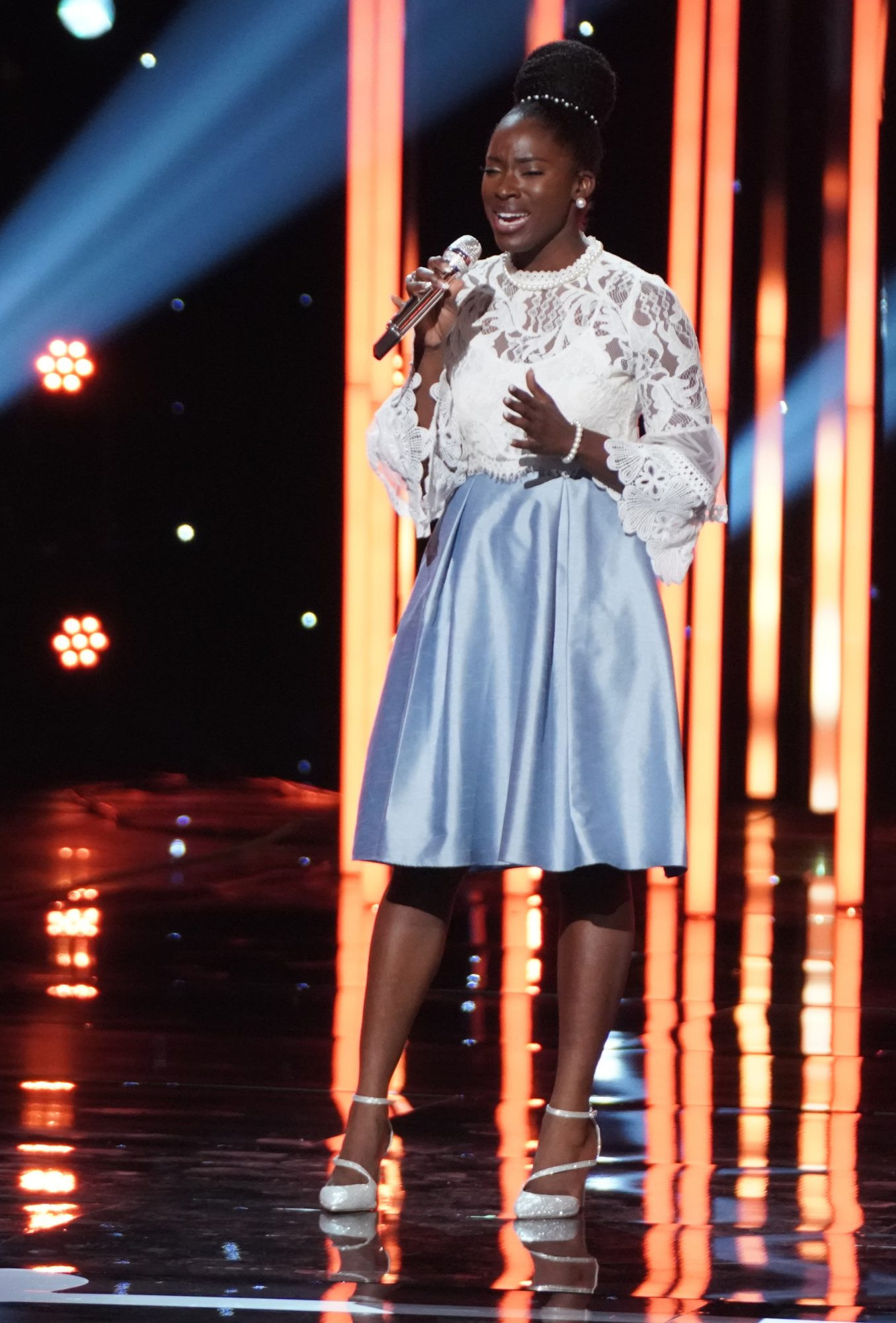 Watch the terrifying moment?American Idol?contestant, Funke Lagoke passes out on stage while receiving Judges