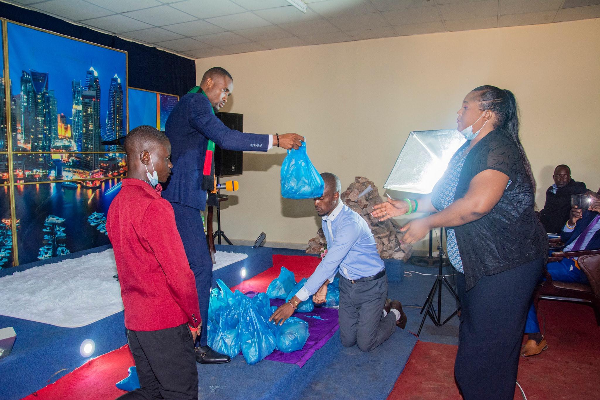 Zambie : des fidèles s'agenouillent pour accueillir leur pasteur et recevoir du poulet de lui (photos)