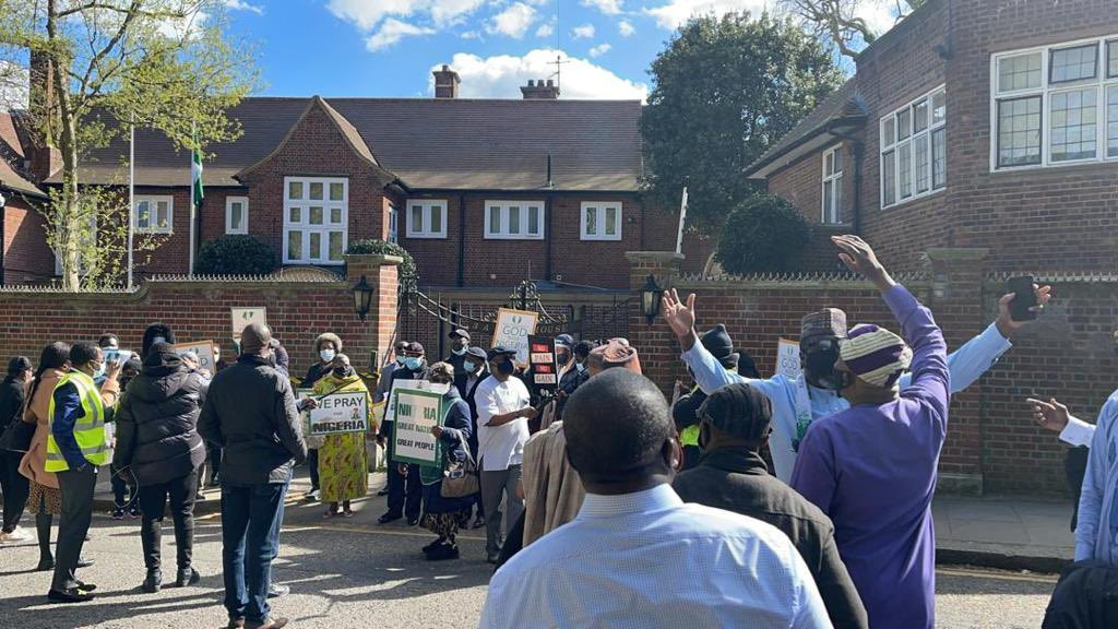 Presidential aide, Garba Shehu, shares photos and videos of Nigerians staging pro-Buhari protest at the Abuja house in the UK