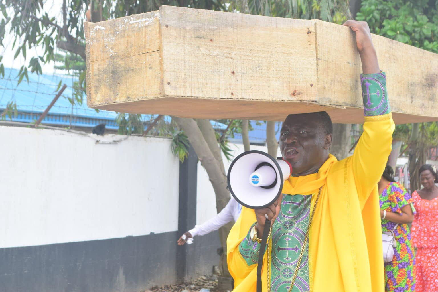 God is not happy with Buhari, political and religious leaders -  Jehovah Sharp Sharp pastor carries coffin on his head to protest against bad governance