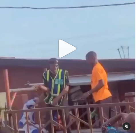 Man breaks bottle on policeman?s head for trying to impound his car (video)