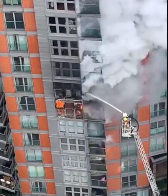 125 firefighters battle huge blaze at a block of flats in London (videos)