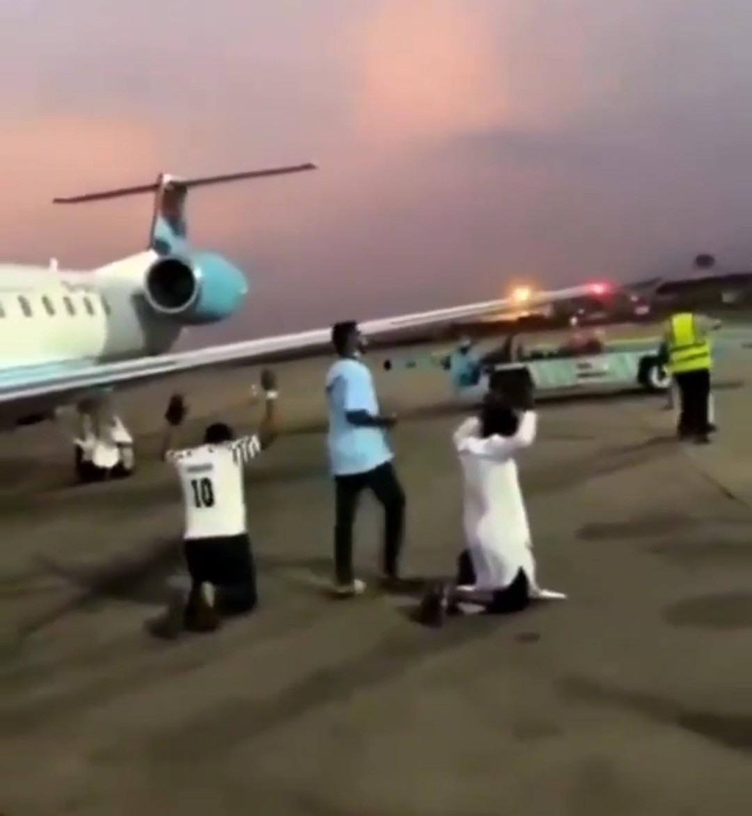 Passengers onboard a Nigerian flight from Abuja to Port Harcourt go on their knees to thank God after surviving a 30-minutes violent turbulence (video)