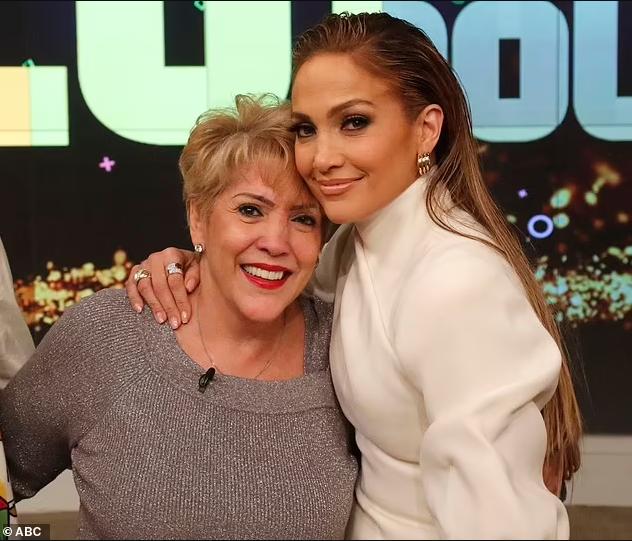 Ben Affleck hangs out with Jennifer Lopez