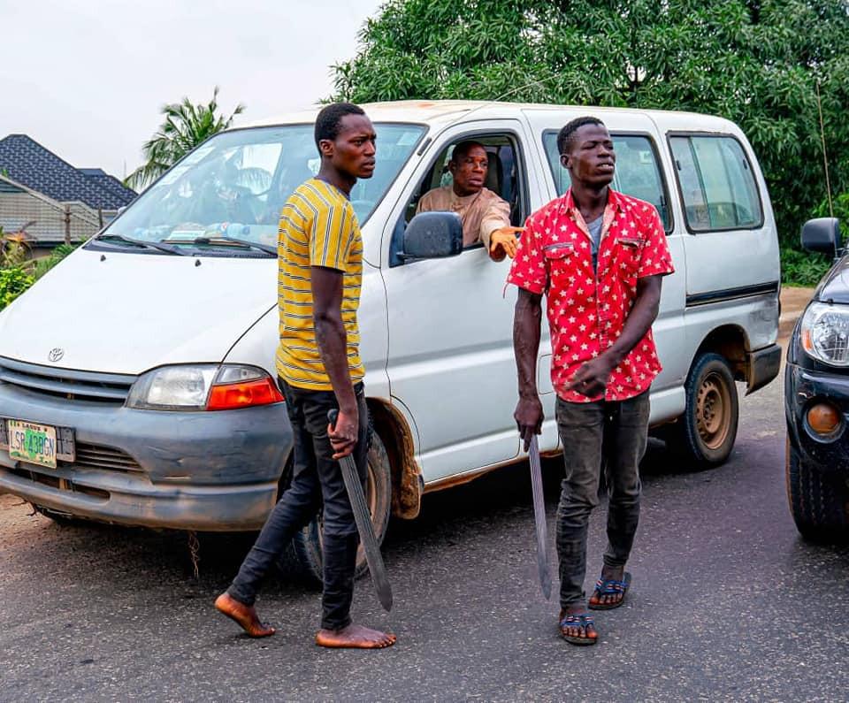Governor Sanwo-Olu personally arrests machete-wielding criminals in Ojota