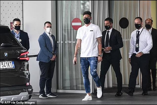 Chelsea striker Olivier Giroud arrives in Italy ahead of ?1m move to AC Milan (photos)