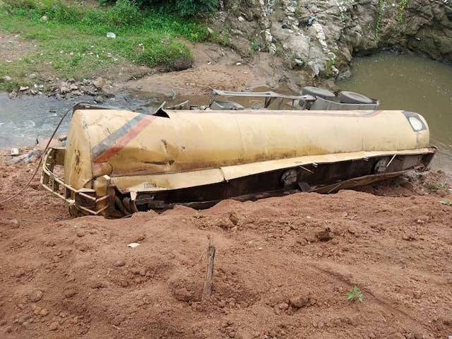 Five crushed to death as fuel tanker loses control, rams into cab in Oyo
