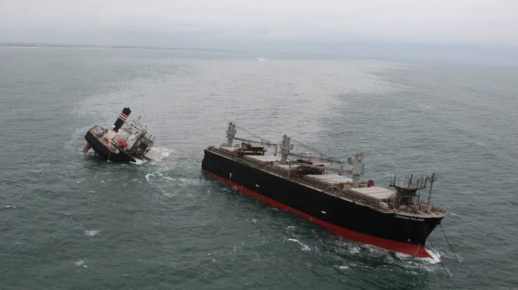 Ship spills tons of oil into sea after it runs aground and splits in two in Japan (photos)