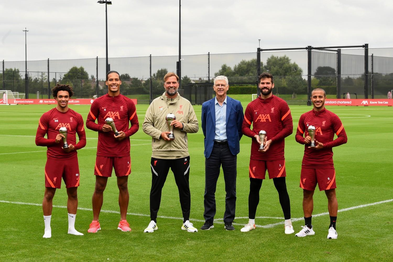 Arsene Wenger presents Jurgen Klopp, and Liverpool stars With FIFA Awards (photos)