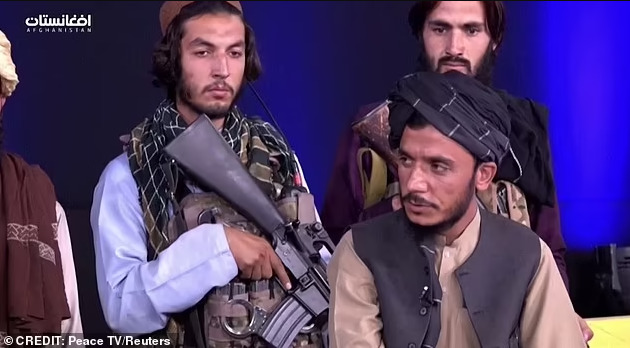 Un journaliste afghan terrifié lit les informations alors qu'il est entouré de talibans armés (vidéo)