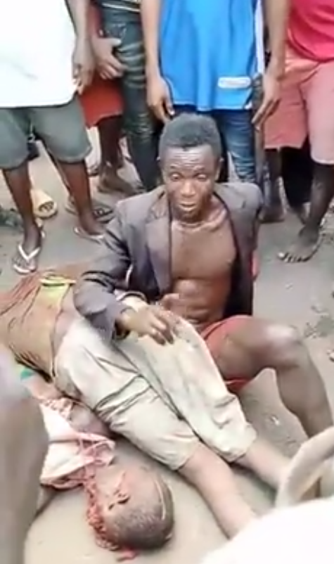 Angry youths lynch man for allegedly beheading farmer in Enugu community (graphic photos)