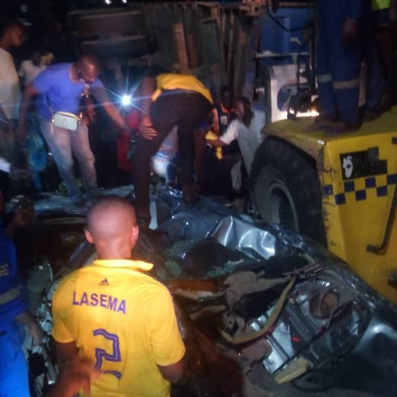 No casaulty recorded after forty feet container fell on a car in Lagos (photos)