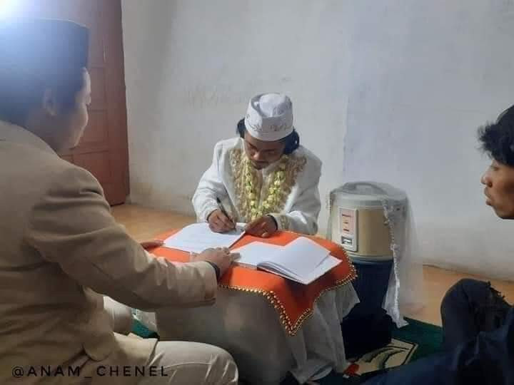 """Indonesian man """"weds"""" his rice cooker in ceremony where he dressed formally and signed a marriage certificate"""