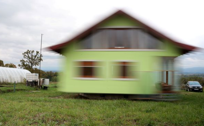 Man single-handedly builds rotating house for his wife after